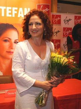Gloria bei der Autogrammstunde im Virgin Megastore in Dubai.